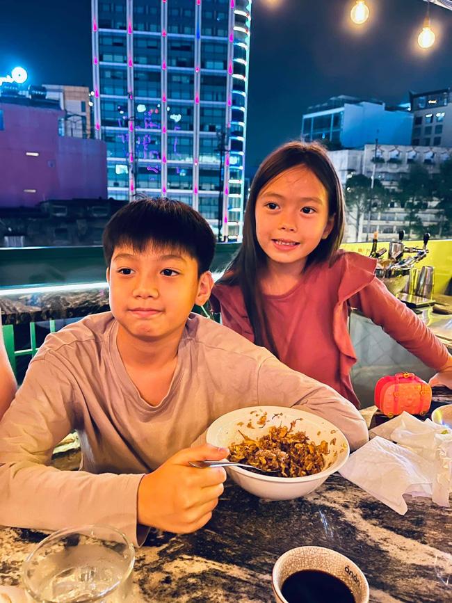 """Con trai Hồ Ngọc Hà cùng con gái Đoan Trang chiếm trọn """"spotlight"""" khi chung khung hình với bố mẹ - Ảnh 4."""
