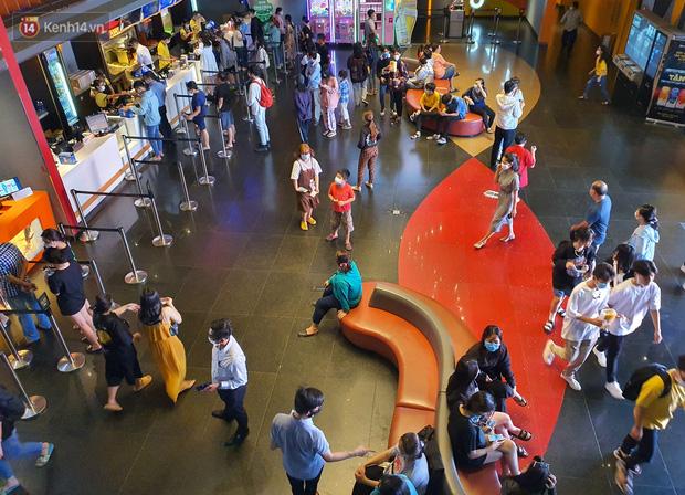 Chùm ảnh: Các rạp phim tại TP.HCM đông đúc trước giờ đóng cửa, nhiều bạn trẻ tranh thủ đi xem cho kịp giờ - Ảnh 7.