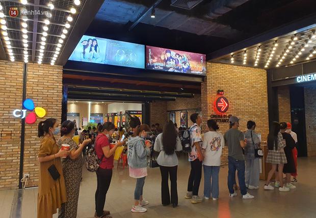 Chùm ảnh: Các rạp phim tại TP.HCM đông đúc trước giờ đóng cửa, nhiều bạn trẻ tranh thủ đi xem cho kịp giờ - Ảnh 4.