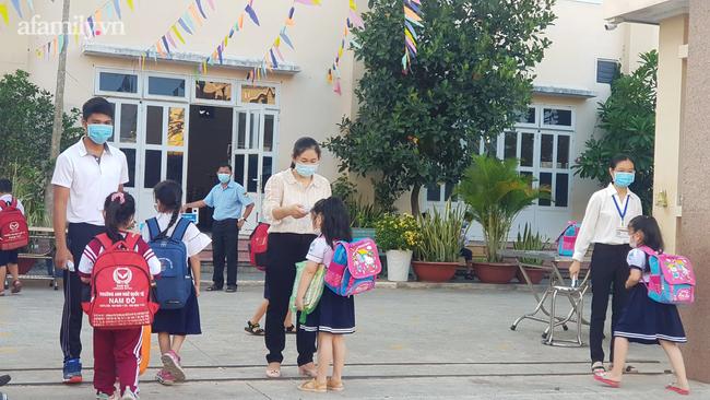 Học sinh TP. HCM ngày đầu quay trở lại trường sau nghỉ lễ: Được đo thân nhiệt, tuân thủ quy định đeo khẩu trang - Ảnh 2.