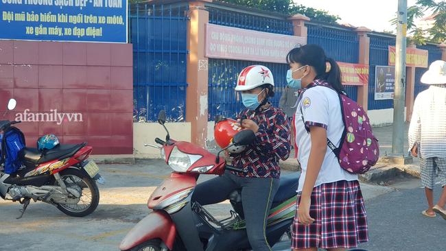 Học sinh TP. HCM ngày đầu quay trở lại trường sau nghỉ lễ: Được đo thân nhiệt, tuân thủ quy định đeo khẩu trang - Ảnh 6.