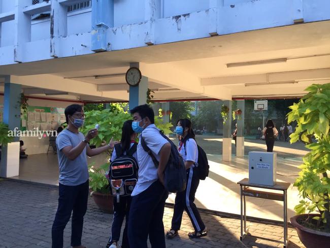 Học sinh TP. HCM ngày đầu quay trở lại trường sau nghỉ lễ: Được đo thân nhiệt, tuân thủ quy định đeo khẩu trang - Ảnh 10.