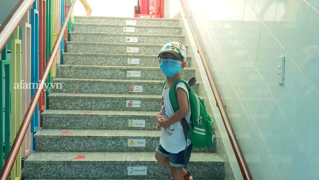 Học sinh TP. HCM ngày đầu quay trở lại trường sau nghỉ lễ: Được đo thân nhiệt, tuân thủ quy định đeo khẩu trang - Ảnh 14.