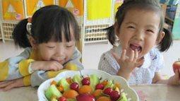 Cô giáo mầm non dạy học sinh trang trí đĩa hoa quả, đứa trẻ nào trông cũng rất vui vẻ nhưng phụ huynh xem xong lập tức đòi chuyển trường