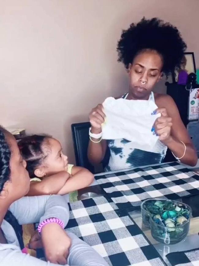 Chỉ bằng một tờ giấy, người mẹ này đã giúp  - Ảnh 3.