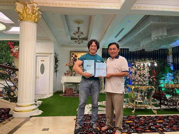 Gym Chúa Duy Nguyễn ghé thăm biệt thự của vợ chồng đại gia Phương Hằng, tận tay pha thực phẩm thể hình mời chủ nhà uống - Ảnh 3.