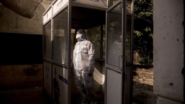 Đất nước với tỉ lệ tiêm chủng hàng đầu thế giới đang có ổ dịch lây lan với tốc độ cực nhanh - chuyện gì đã xảy ra? - Ảnh 4.