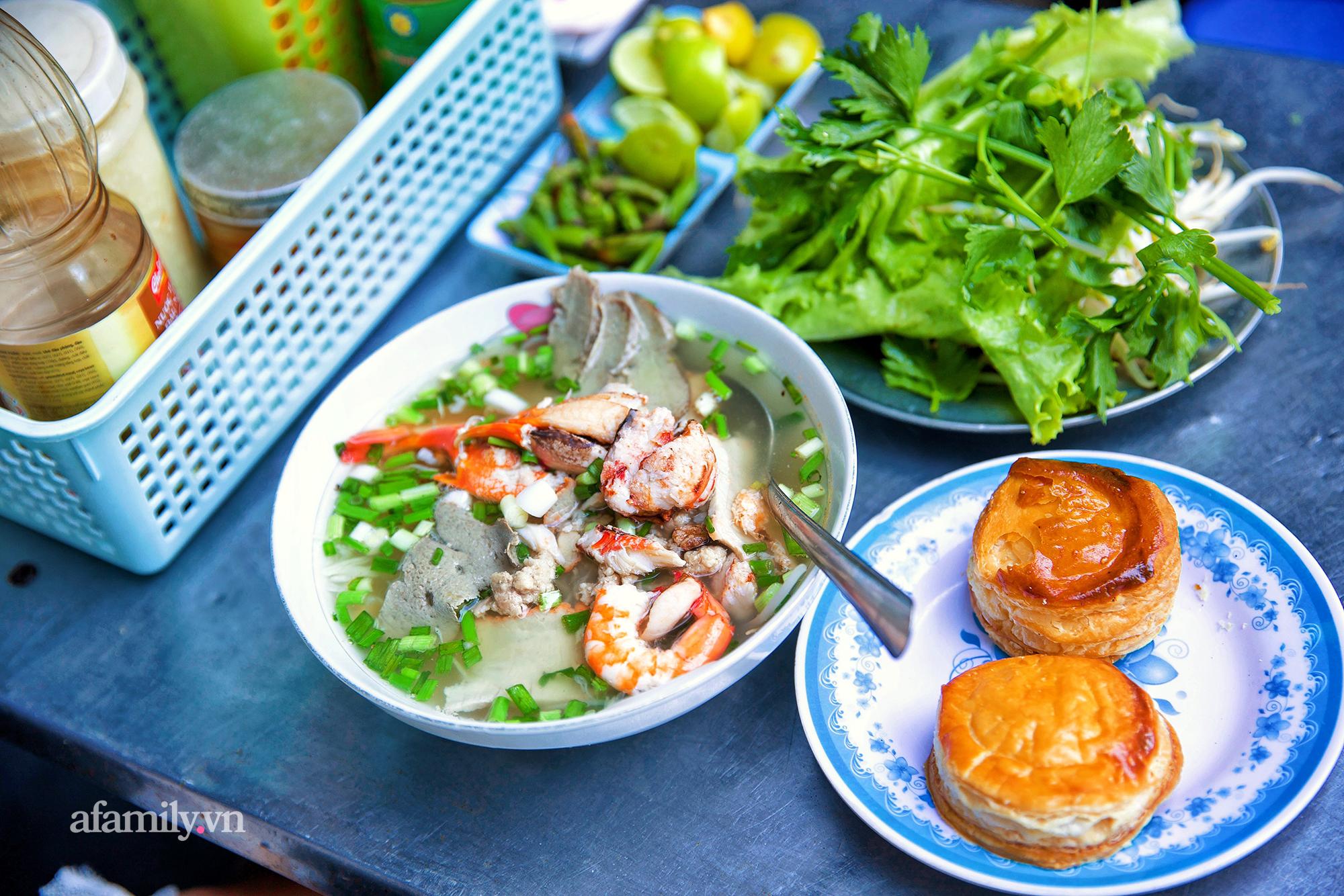 Tiệm hủ tiếu hơn 70 năm nổi tiếng với nồi sốt cà chua hầm cả Sài Gòn không đâu có, sở hữu tấm bảng hiệu được