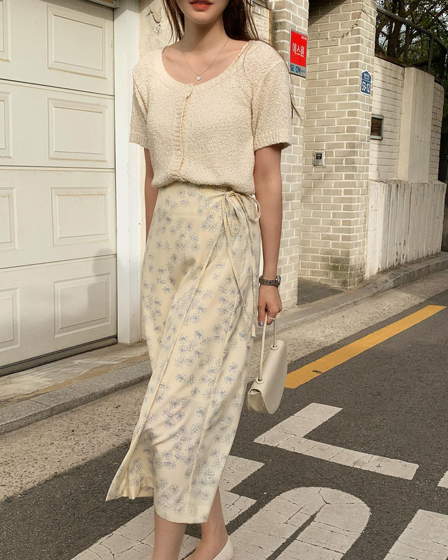 Diện chân váy dài đẹp xinh hết cỡ nhờ áp dụng 12 cách mix của gái Hàn - Ảnh 1.