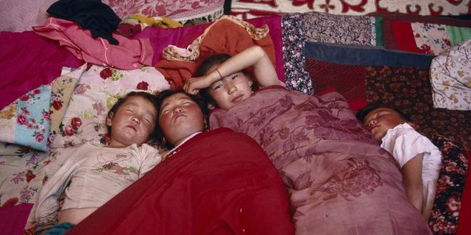 Cả làng mắc chứng lạ mỗi lần ngủ là li bì một tuần mới thèm dậy, giới khoa học đau đầu tranh cãi mãi mới tìm ra nguyên nhân - Ảnh 2.