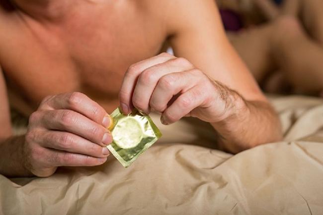 Bắt bạn tình đeo bao cao su đầy đủ, nam thanh niên vẫn dính HIV: Bác sĩ chỉ biết lắc đầu khi phát hiện ra chi tiết này - Ảnh 4.
