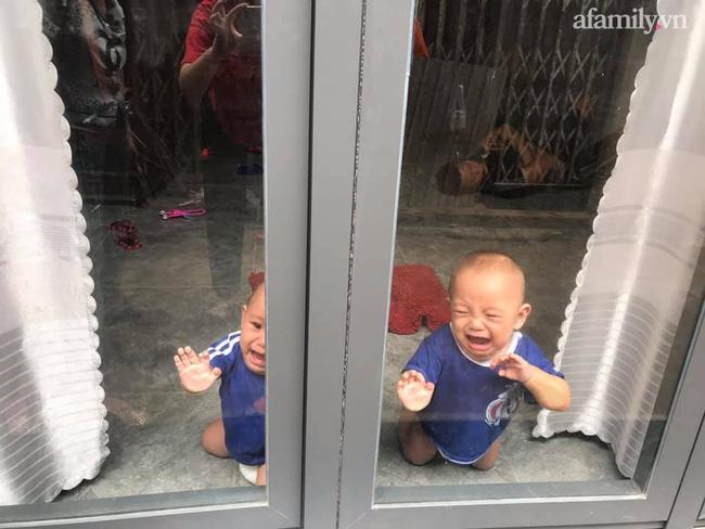 Nhờ chồng trông con để ra ngoài, mẹ trẻ quay về thấy 2 bé khóc ầm ĩ ở cửa, nhìn vào trong nhà thì