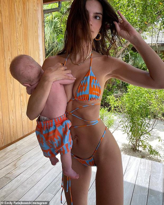 Cô đào siêu vòng 1 Emily Ratajkowski phô diễn body bốc lửa, dân tình chỉ lo cho quý tử 3 tháng tuổi lơ lửng bị cầm như búp bê - Ảnh 4.