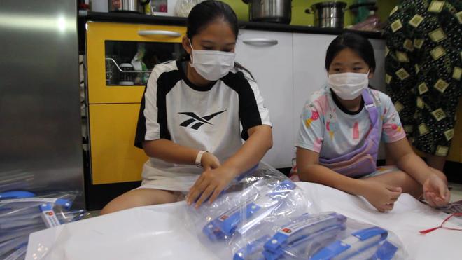 Đại gia đình 3 thế hệ của một nhân viên y tế cùng nhau làm tấm chắn giọt bắn gửi tặng tuyến đầu chống dịch Covid-19 - Ảnh 2.