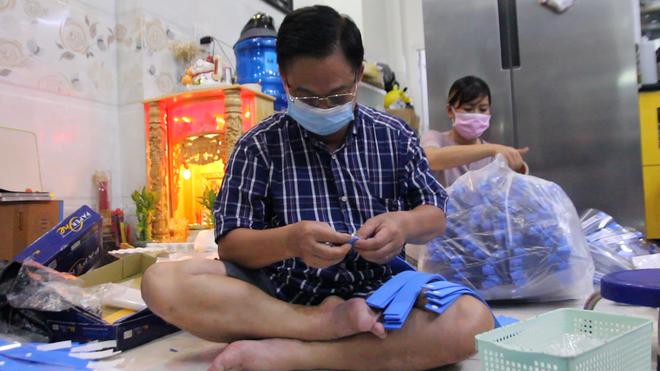 Đại gia đình 3 thế hệ của một nhân viên y tế cùng nhau làm tấm chắn giọt bắn gửi tặng tuyến đầu chống dịch Covid-19 - Ảnh 5.