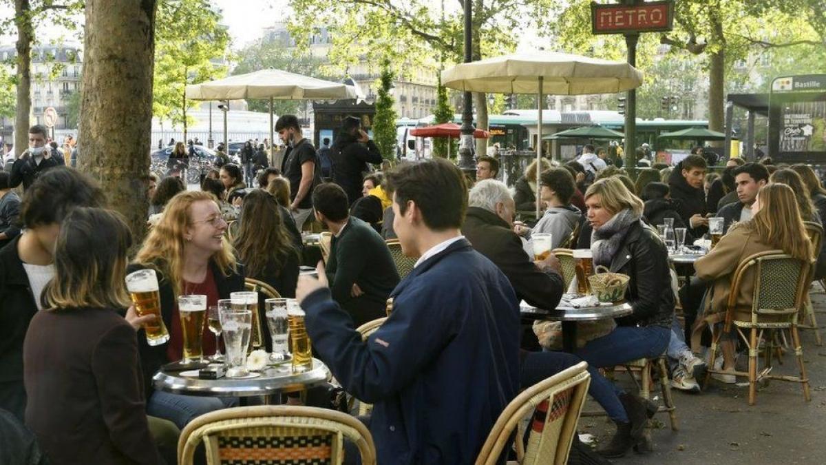 Châu Âu nới lỏng nhiều hạn chế - Người dân phấn khởi khi cuộc sống dần bình thường - Ảnh 1.