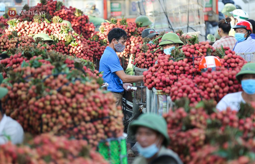 Ảnh: Nông dân Bắc Giang nối đuôi nhau chở vải thiều ra chợ, đường quê đỏ rực một màu - Ảnh 13.