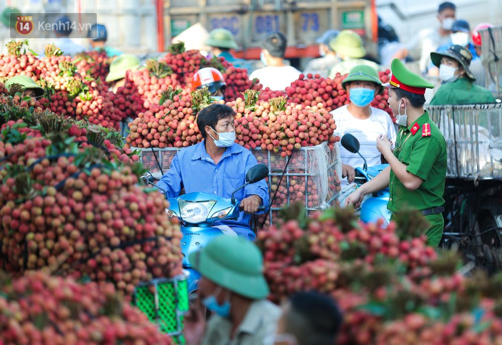 Ảnh: Nông dân Bắc Giang nối đuôi nhau chở vải thiều ra chợ, đường quê đỏ rực một màu - Ảnh 16.