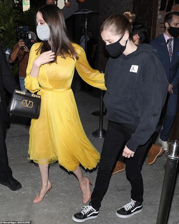 Angelina Jolie tổ chức sinh nhật tuổi 46 cùng 6 người con, cặp sinh đôi chiếm trọn spotlight của mẹ luôn rồi! - Ảnh 4.