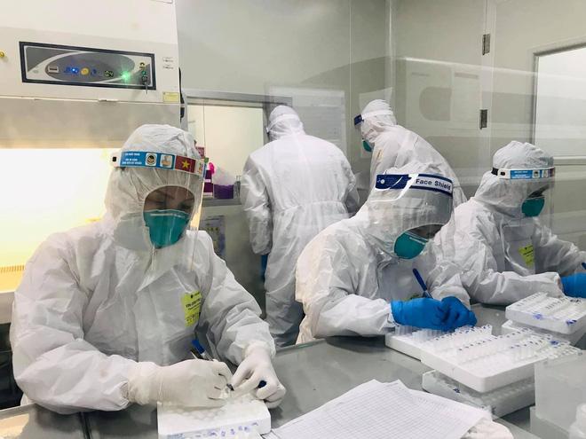 Bắc Ninh: 80% người nhiễm không có triệu chứng, chuyên gia chỉ cách phát hiện mầm bệnh nhanh - Ảnh 1.