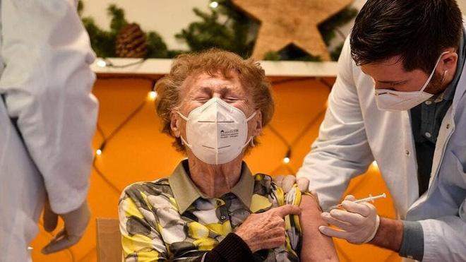 Nhật Bản ghi nhận 196 người tử vong sau khi tiêm vắc xin Covid-19 - Ảnh 1.
