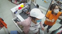 Giả vờ nhờ tư vấn, người phụ nữ ra tay trộm ví tiền của nhân viên cửa hàng thú cưng trong chớp mắt, hoàn cảnh của nạn nhân càng khiến nhiều người phẫn nộ