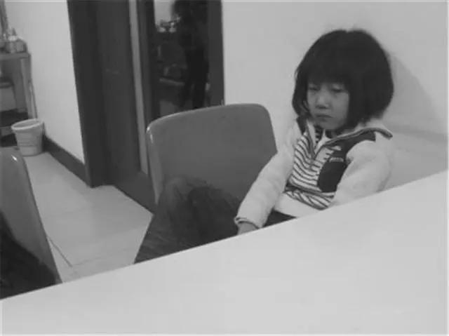 Con trai bị chị họ 4 tuổi đánh chảy máu, mẹ xem camera mà khóc ròng nhưng lại bất lực trước sự bênh vực mù quáng của mẹ chồng - Ảnh 3.