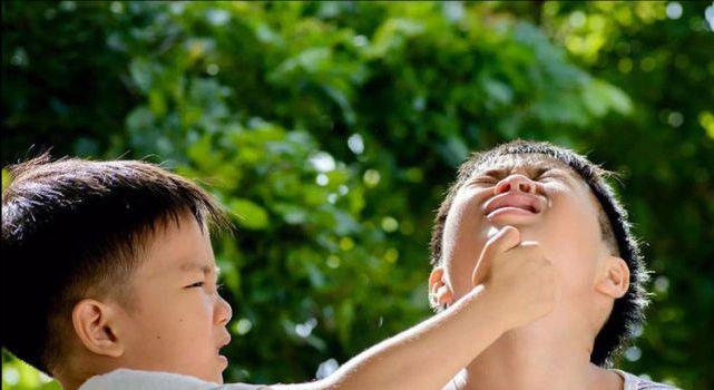 Con trai bị chị họ 4 tuổi đánh chảy máu, mẹ xem camera mà khóc ròng nhưng lại bất lực trước sự bênh vực mù quáng của mẹ chồng - Ảnh 4.