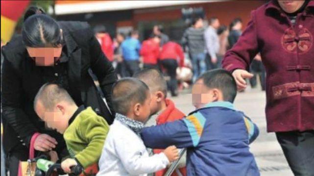 Con trai bị chị họ 4 tuổi đánh chảy máu, mẹ xem camera mà khóc ròng nhưng lại bất lực trước sự bênh vực mù quáng của mẹ chồng - Ảnh 5.