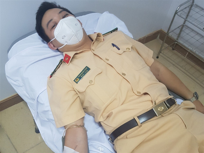 Hà Tĩnh: 5 chiến sĩ công an hiến máu, cứu sống sản phụ ngay trong đêm - Ảnh 1.