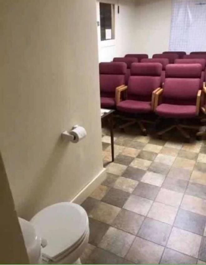 Vã mồ hôi với những nhà vệ sinh dị nhất thế giới: Số 5 dành cho những người không thích cô đơn - Ảnh 7.