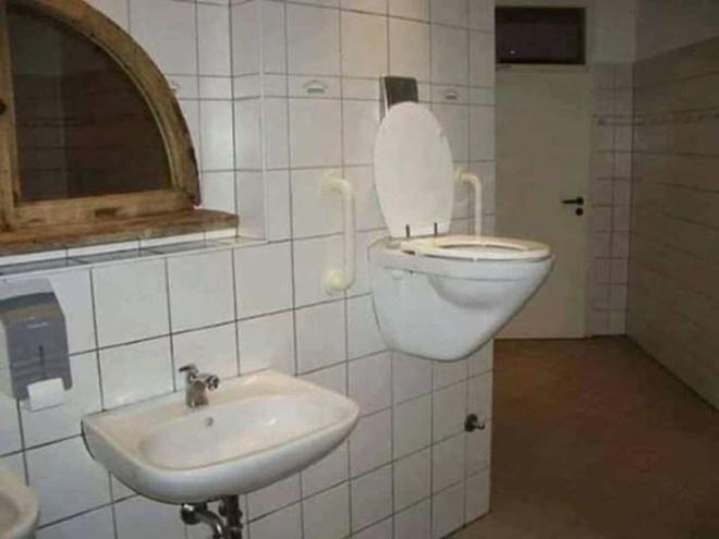 Vã mồ hôi với những nhà vệ sinh dị nhất thế giới: Số 5 dành cho những người không thích cô đơn - Ảnh 12.