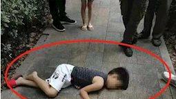 Cậu bé 5 tuổi bị đánh bầm dập giữa đường: Dân tình lập tức can ngăn, nhưng hành động trước đó của ông bố gây phẫn nộ