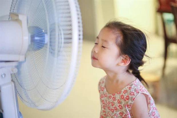 Bé trai 7 tuổi bị liệt mặt sau khi đeo quạt làm mát đeo cổ, hãy cẩn trọng với các phương pháp hạ nhiệt mùa hè - Ảnh 3.