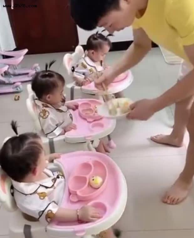 Sinh 3 công chúa giống nhau như đúc, ông bố ngày nào cũng tỉ mẩn làm việc này để phân biệt con, dân tình phấn khích vì quá dễ thương - Ảnh 4.