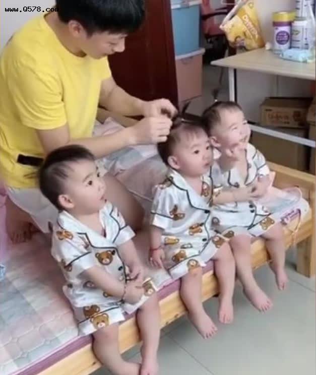 Sinh 3 công chúa giống nhau như đúc, ông bố ngày nào cũng tỉ mẩn làm việc này để phân biệt con, dân tình phấn khích vì quá dễ thương - Ảnh 2.