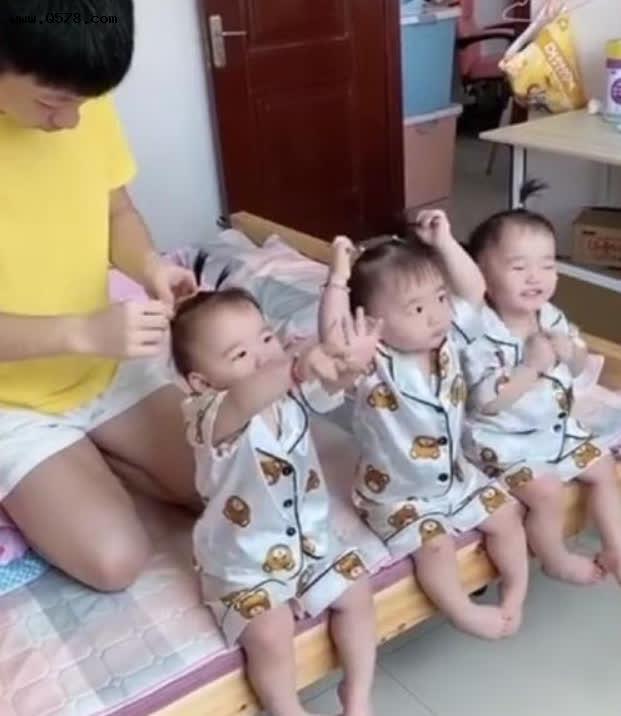 Sinh 3 công chúa giống nhau như đúc, ông bố ngày nào cũng tỉ mẩn làm việc này để phân biệt con, dân tình phấn khích vì quá dễ thương - Ảnh 3.