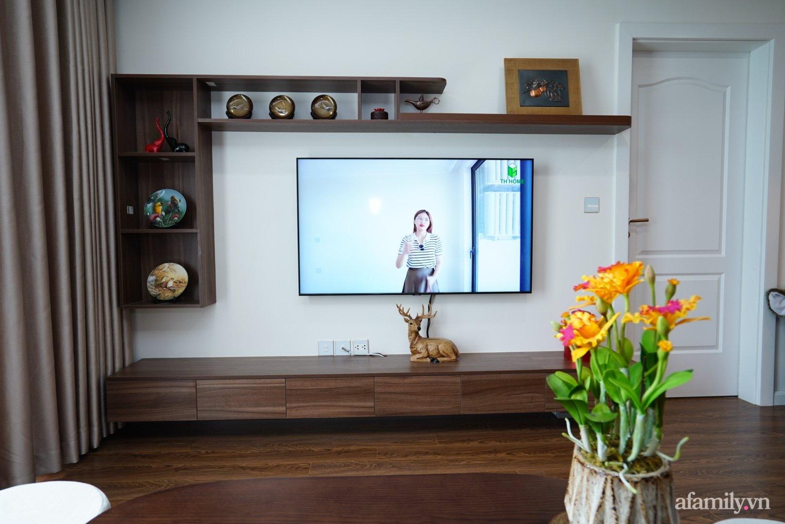 Căn hộ 107m2 đẹp sang trọng với nội thất màu gỗ óc chó có chi phí hoàn thiện 150 triệu đồng ở Hà Nội - Ảnh 2.