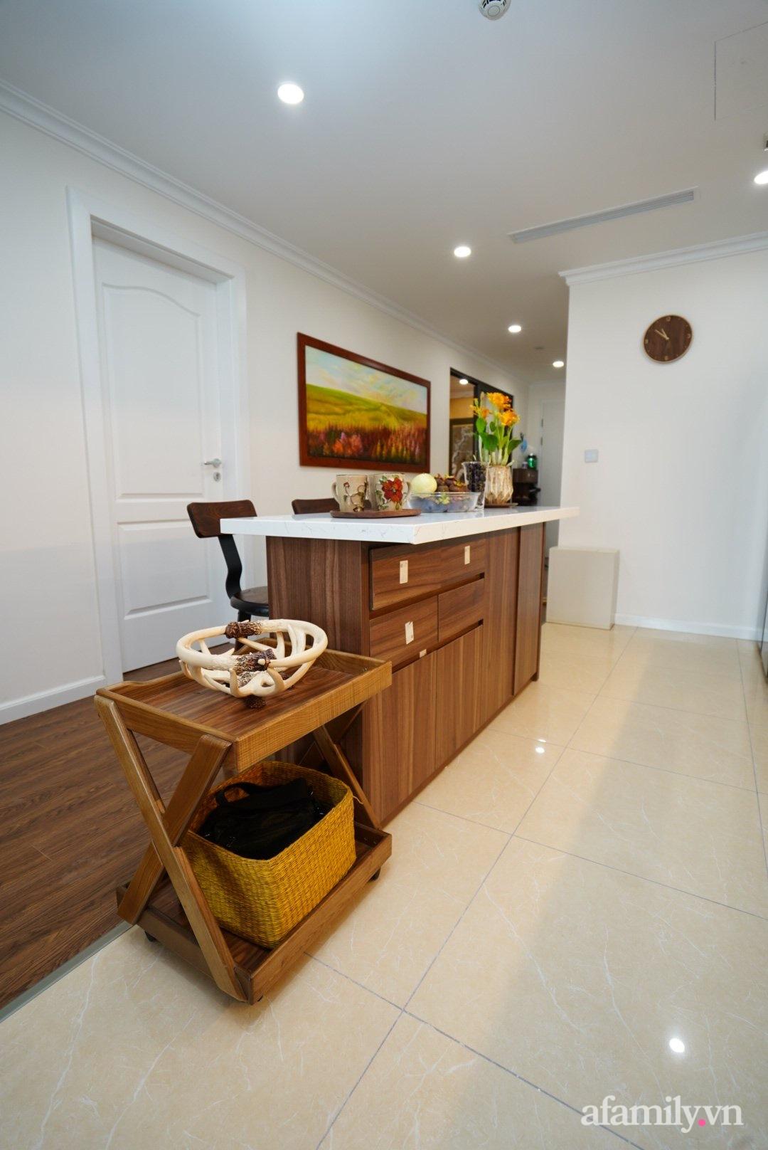 Căn hộ 107m2 đẹp sang trọng với nội thất màu gỗ óc chó có chi phí hoàn thiện 150 triệu đồng ở Hà Nội - Ảnh 4.