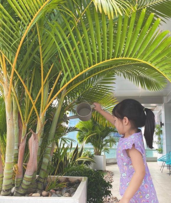 Hoa hậu Đặng Thu Thảo lại được dịp mát mặt: Con gái lớn mới 3 tuổi đã có hành động đáng khen, gia đình khéo nuôi dạy quá - Ảnh 1.