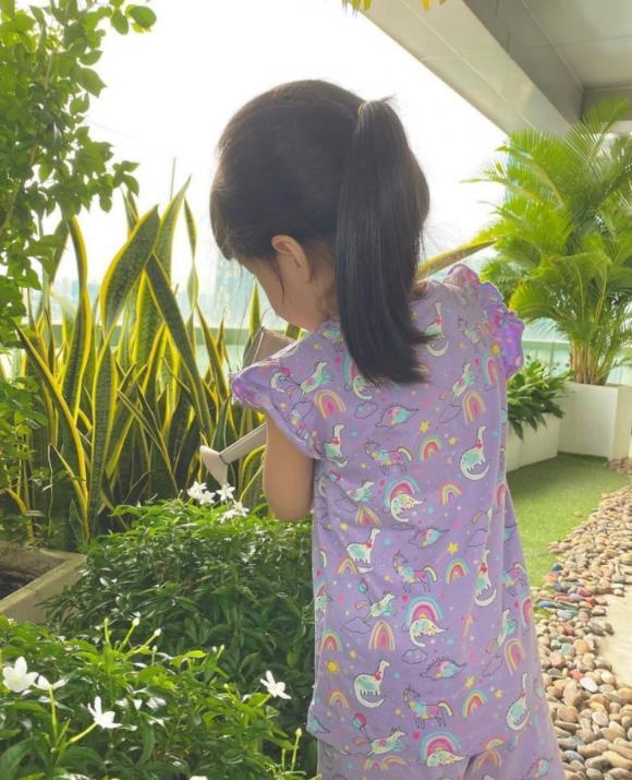 Hoa hậu Đặng Thu Thảo lại được dịp mát mặt: Con gái lớn mới 3 tuổi đã có hành động đáng khen, gia đình khéo nuôi dạy quá - Ảnh 2.