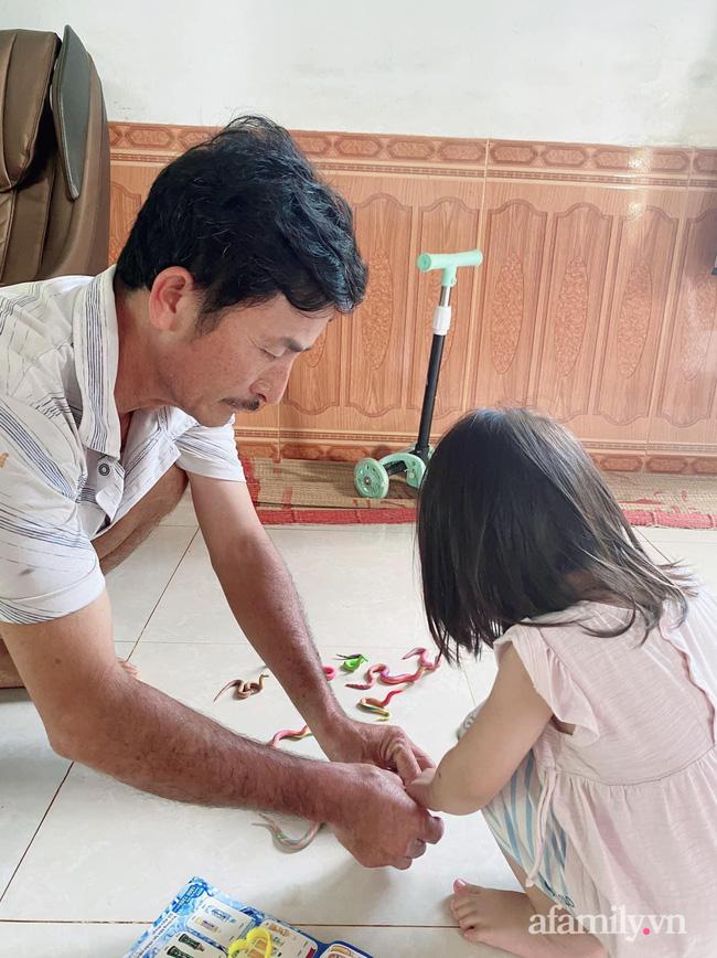Nghỉ dịch ở nhà, bé gái cùng ông đem đất nặn ra chơi, nhìn thành phẩm dân mạng té xỉu - Ảnh 1.