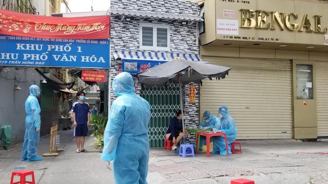 Bác sĩ Trương Hữu Khanh: Các nguyên tắc an toàn cho người sống trong vùng dịch bạn phải biết - Ảnh 1.