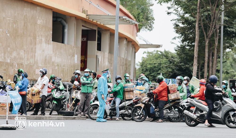 Đội quân shipper đổ bộ đến những bệnh viện dã chiến để giao hàng hóa cho bệnh nhân Covid-19 ở Sài Gòn - Ảnh 1.