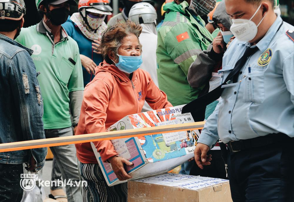 Đội quân shipper đổ bộ đến những bệnh viện dã chiến để giao hàng hóa cho bệnh nhân Covid-19 ở Sài Gòn - Ảnh 9.