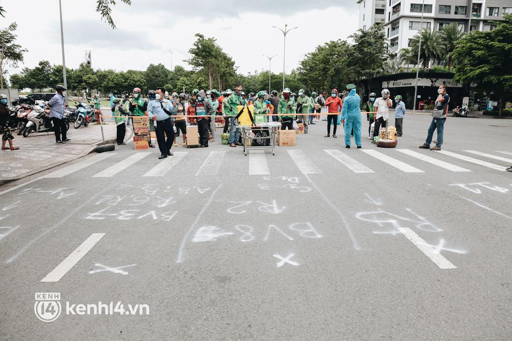 Đội quân shipper đổ bộ đến những bệnh viện dã chiến để giao hàng hóa cho bệnh nhân Covid-19 ở Sài Gòn - Ảnh 2.