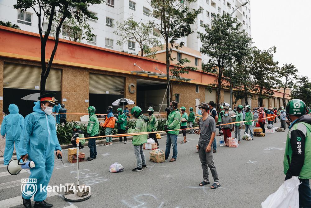 Đội quân shipper đổ bộ đến những bệnh viện dã chiến để giao hàng hóa cho bệnh nhân Covid-19 ở Sài Gòn - Ảnh 15.