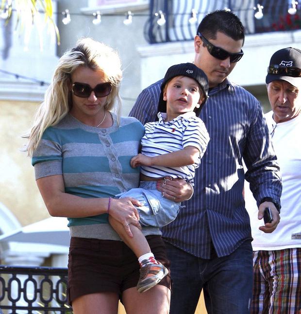 Cựu vệ sĩ của Britney Spears hé lộ tình tiết gây sốc: Nữ ca sĩ bị bắt uống 1 cốc ma túy mỗi tuần, 3 loại thuốc thần kinh và thuốc tránh thai - Ảnh 4.
