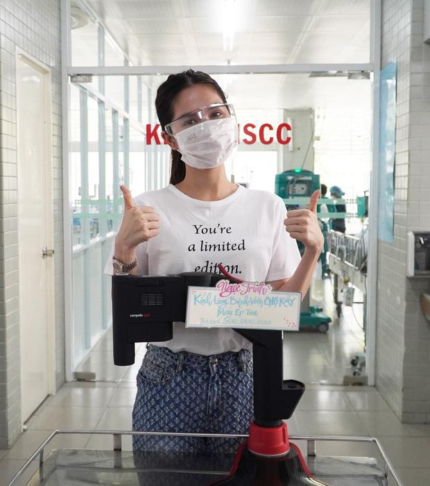 Ngọc Trinh đích thân đến Bệnh viện Chợ Rẫy quyên góp máy ép tim trị giá 500 triệu hỗ trợ chống dịch Covid-19 - Ảnh 3.