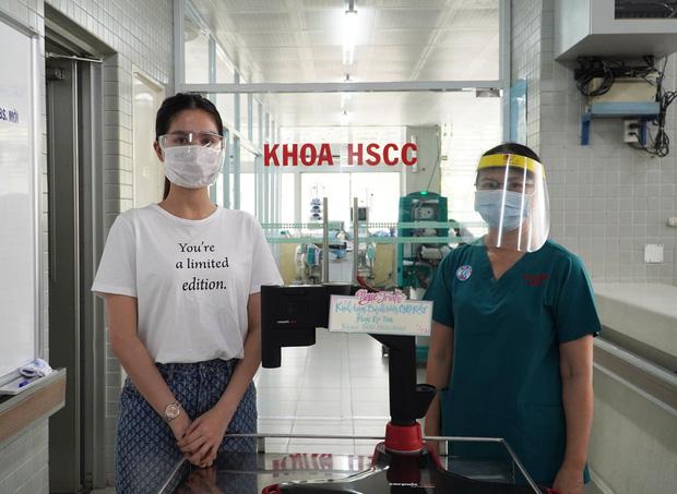 Ngọc Trinh đích thân đến Bệnh viện Chợ Rẫy quyên góp máy ép tim trị giá 500 triệu hỗ trợ chống dịch Covid-19 - Ảnh 4.